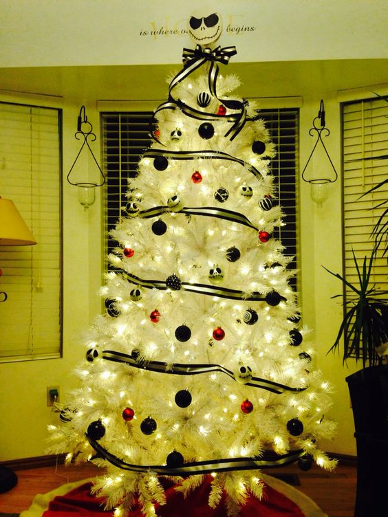 Simple Yet Cute White Christmas Tree Decor