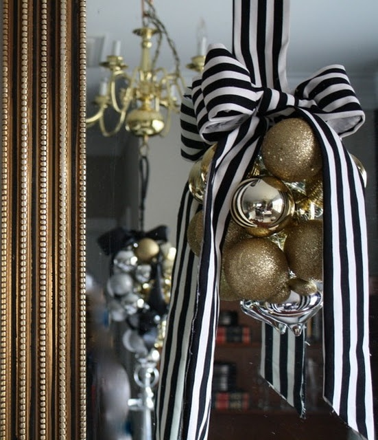 A Lovely Glam Christmas Decoration Of Gold And Gold Glitter Ornaments And With A Striped Bow Is A Cool Idea For Christmas And Nye