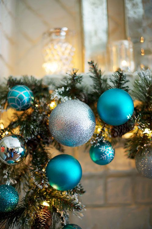 a garland with silver and blue ornaments is a lovely decoration for both indoors and outdoors and is easy to compose yourself