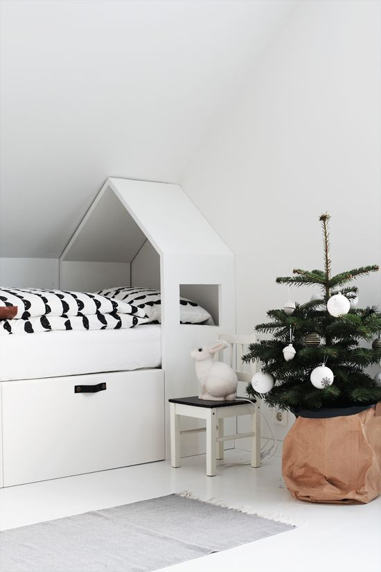 a Christmas tree wrapped in kraft paper and with monochromatic ornaments is ideal for a Nordic kids' room