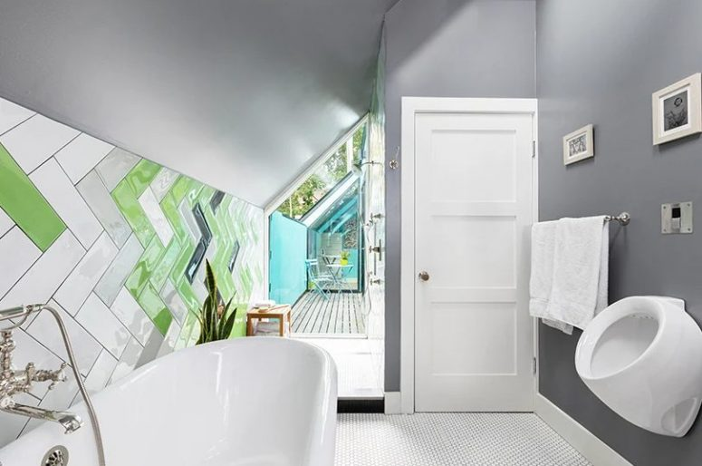 There's a glazed wall with a view to the balcony to bring more light inside the bathroom