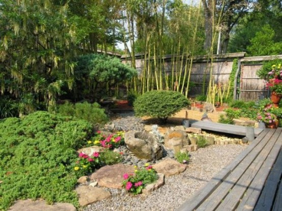 pebbles, rocks, greenery, blooms and bamboo for a Japanese-style yet European garden thanks to blooming plants